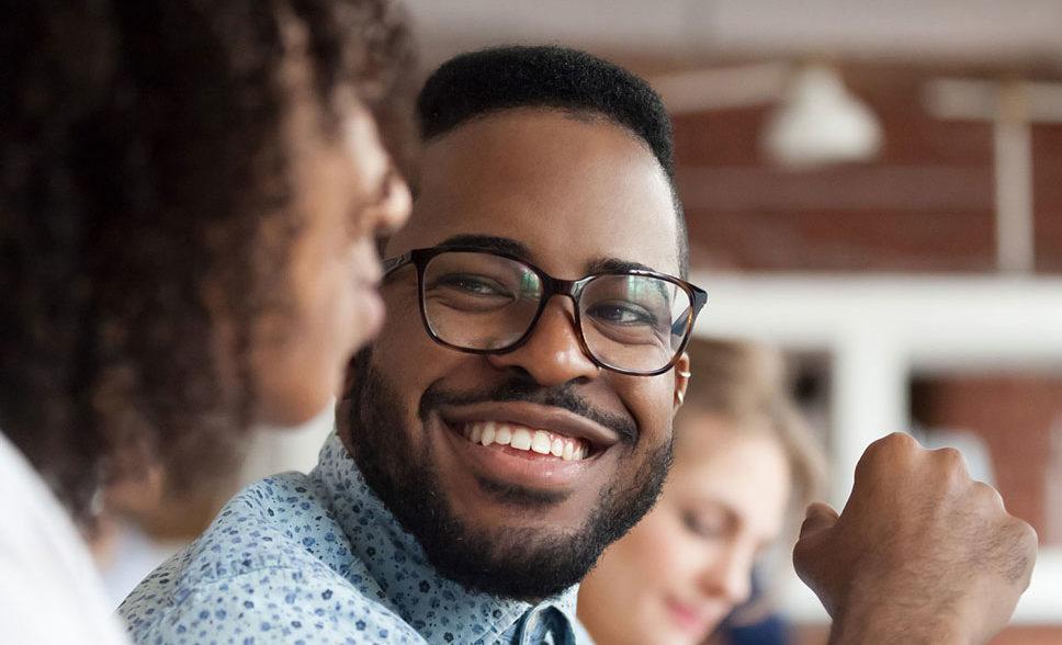 homme à lunettes