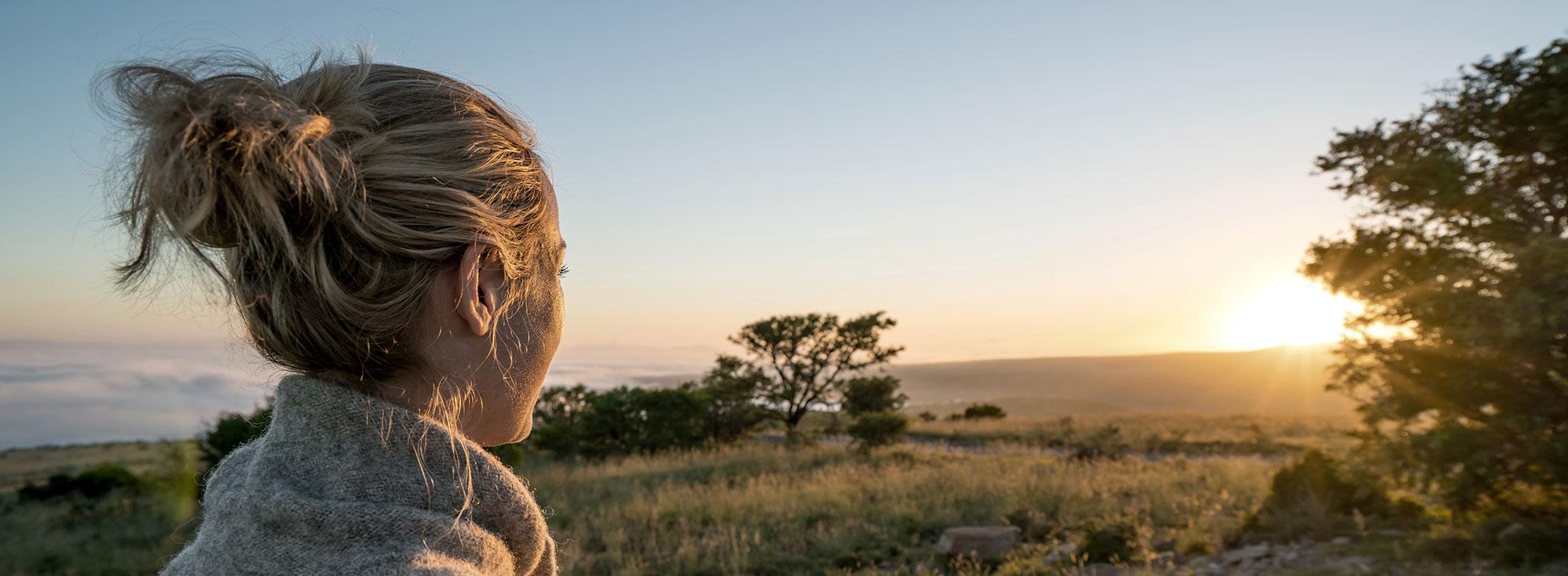 femme devant paysage nature