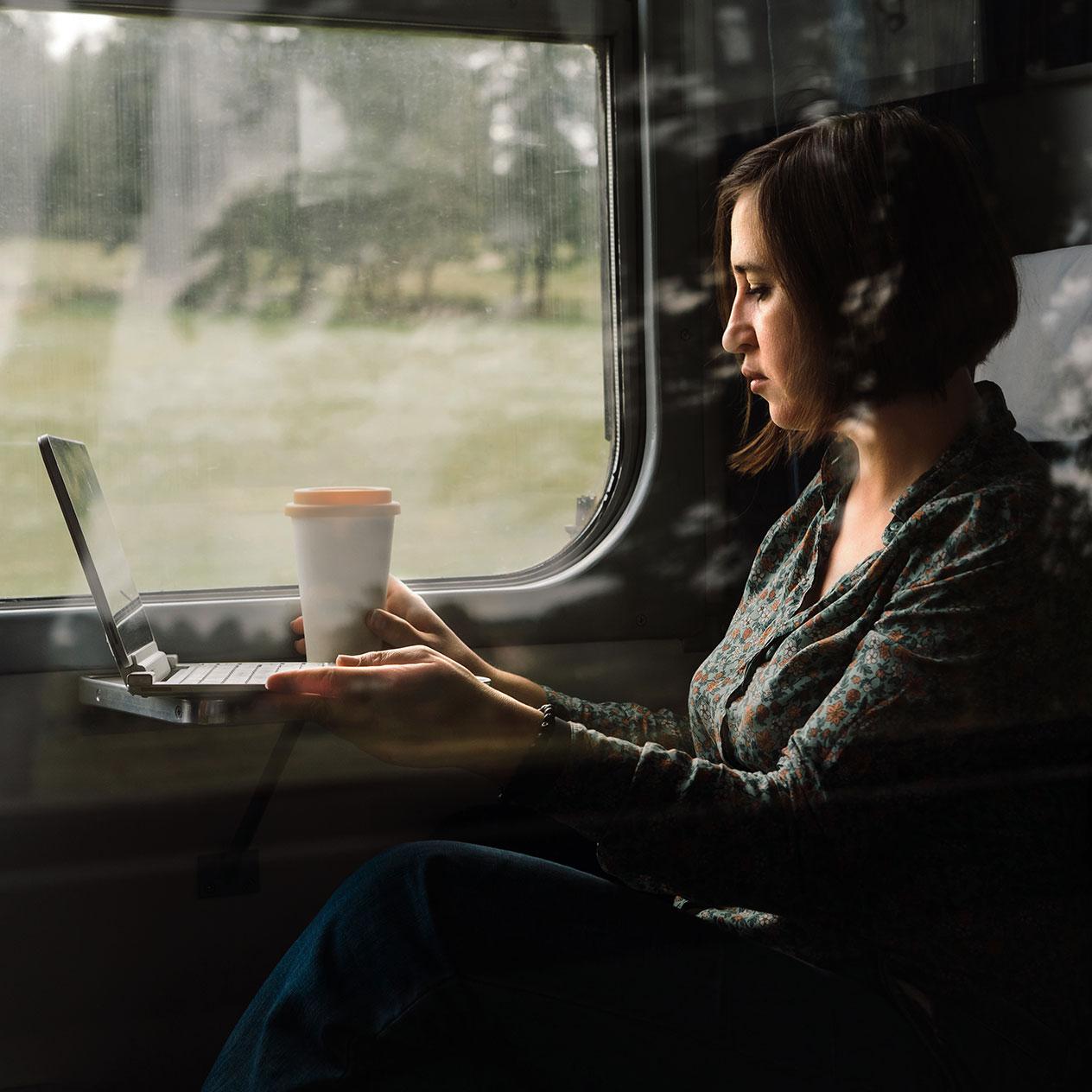 femme dans le train avec pc