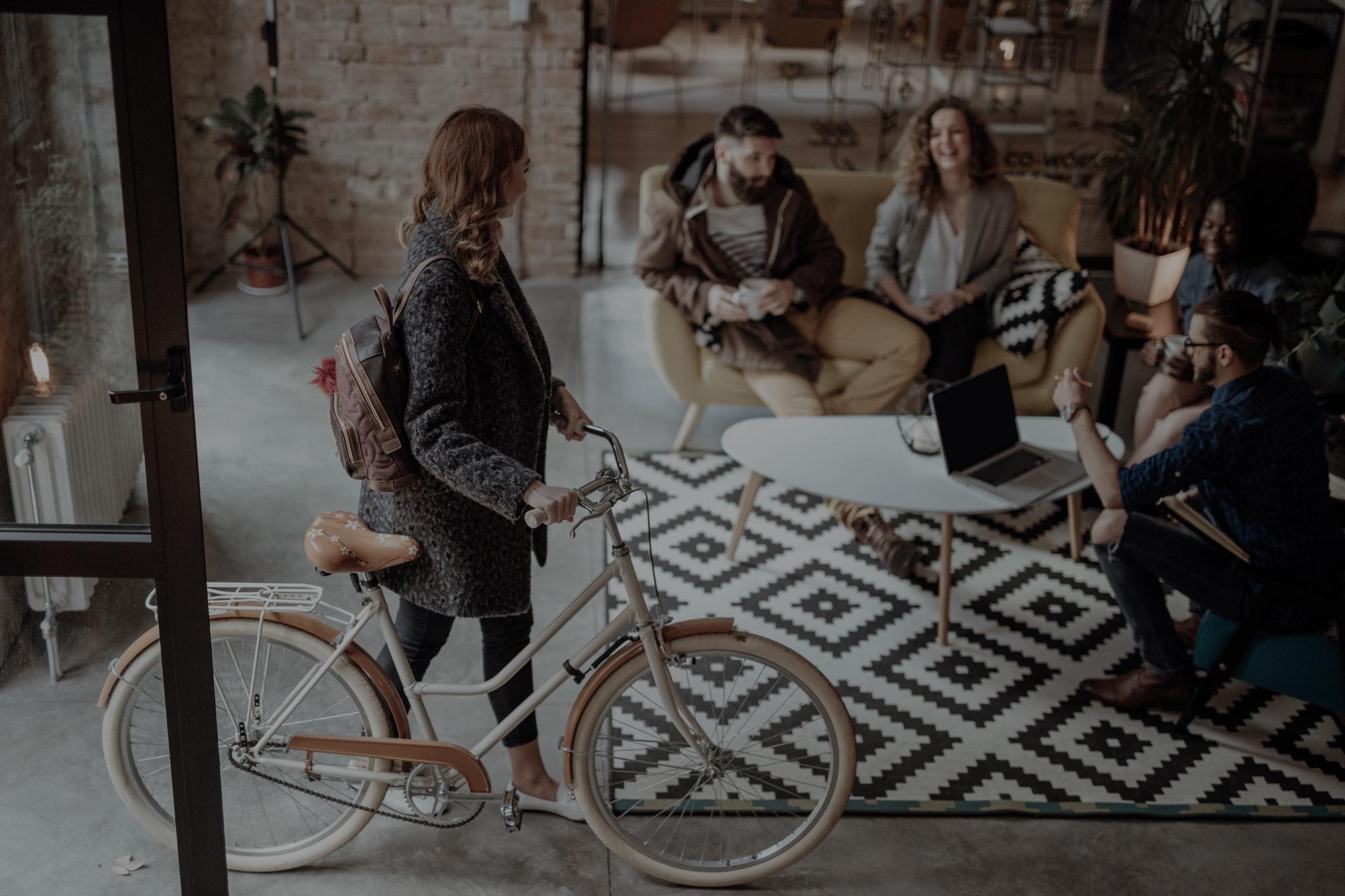 femme vélo dans entrée